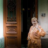 vrouw voor voordeur
