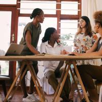 vrouwen in een overleg