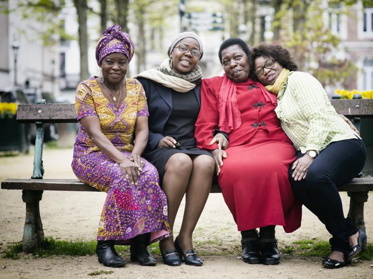 Angélique, Edwige, Hélène en Espérance op een bank