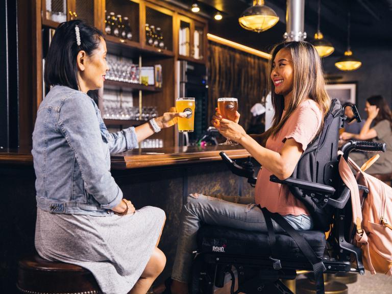 twee vrouwen drinken aan een bar